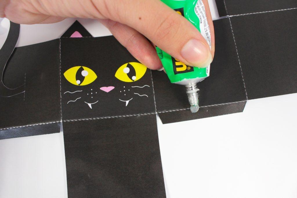 Erschaffe erschreckende Papierbüchsen für Halloween-Süßigkeiten.