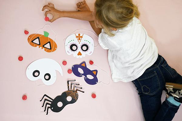 Um all deine Freunde zu erschrecken, lade dir kostenlos deine Halloween-Maske herunter: Kürbis, Schwarze Katze, Geist, Mexikanischer Schädel oder Spinne.