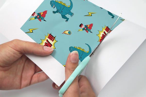 Recyceln Sie Ihre Konservendoesen und basteln Sie Stiftehalter mit Comicmotiven, um den Schreibtisch Ihrer Kinder aufzuräumen!