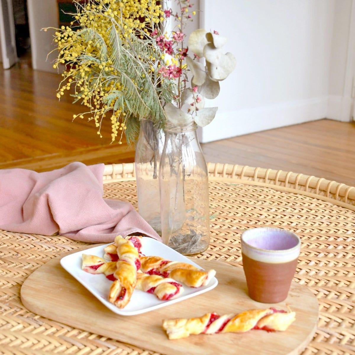 Probieren Sie diesen fruchtigen Himbeerzopf für Ihr Kaffeetrinken. Ein wahrer Genuss für Groß und Klein!