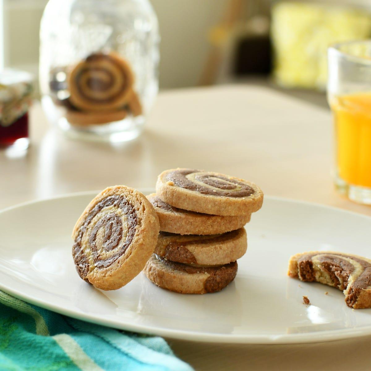 Entscheiden Sie sich für ein leckeres Rezept von spiralenförmigen Schoko-Mürbeteigkeksen für das Kaffeetrinken!