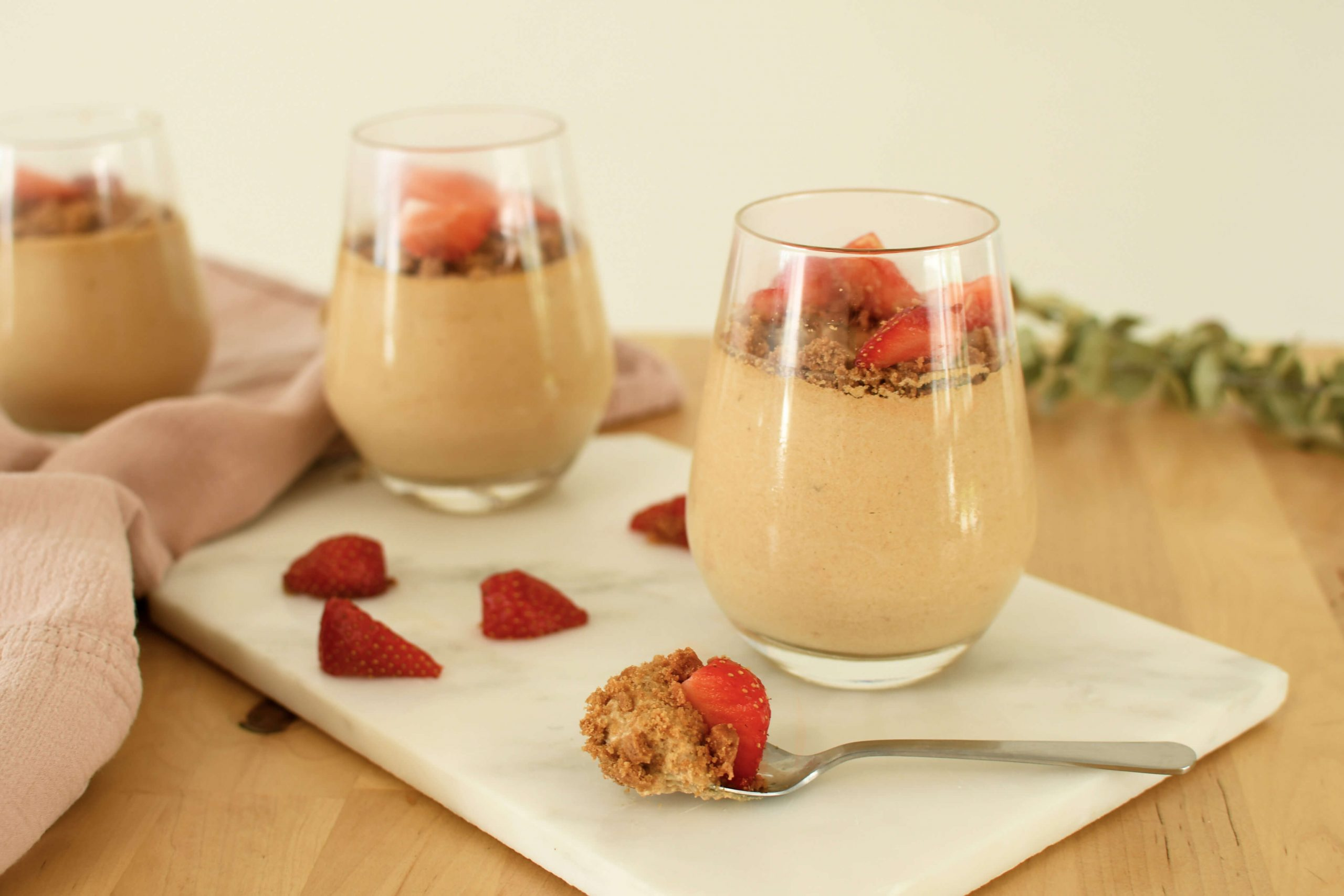 Genießen Sie zum Nachtisch knusprige Spekulatiuskekse und saisonale Erdbeeren in einer cremigen Mousse